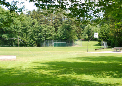Außengelände mit Fußball und Volleyballplatz