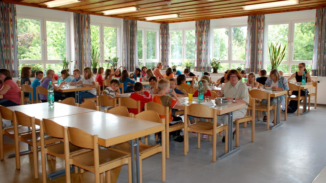 Speisesaal mit Kindern